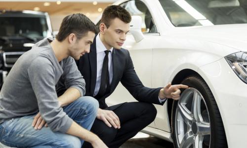 Un comercial enseña un vehículo
