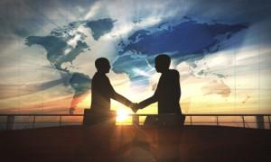 Dos personas estrechando la mano